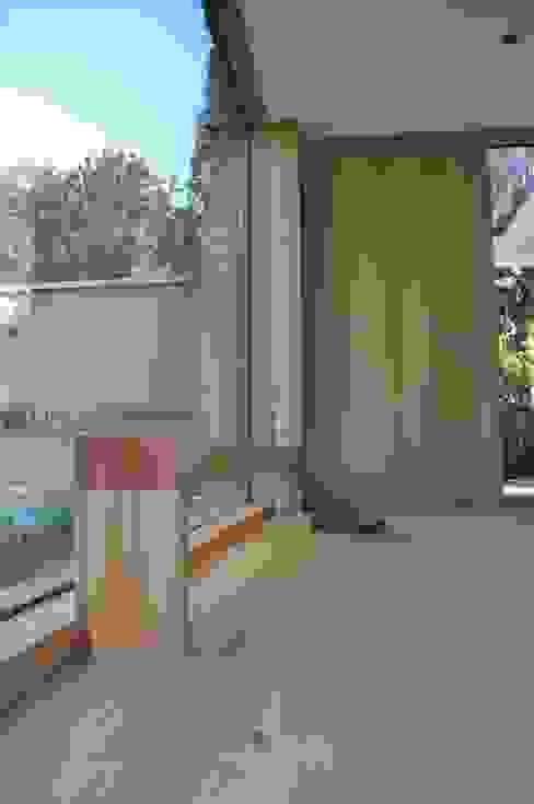Eingangsbereich mit Sitzbank Moderner Flur, Diele & Treppenhaus von Neugebauer Architekten BDA Modern