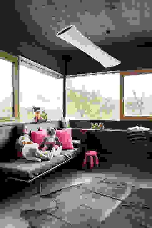 Ökologisches Massivholzhaus Moderne Schlafzimmer von massive passive Modern