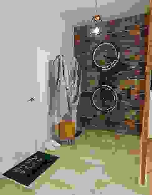 Eklektyczny korytarz, przedpokój i schody od Olesya Parkhomenko Eklektyczny