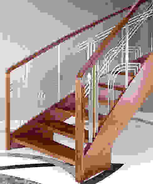 ST770 Nowoczesne schody gięte z jesiony termicznego / ST770 Modern Curved Stairs made of thermo Ash モダンスタイルの 玄関&廊下&階段 の Trąbczyński モダン