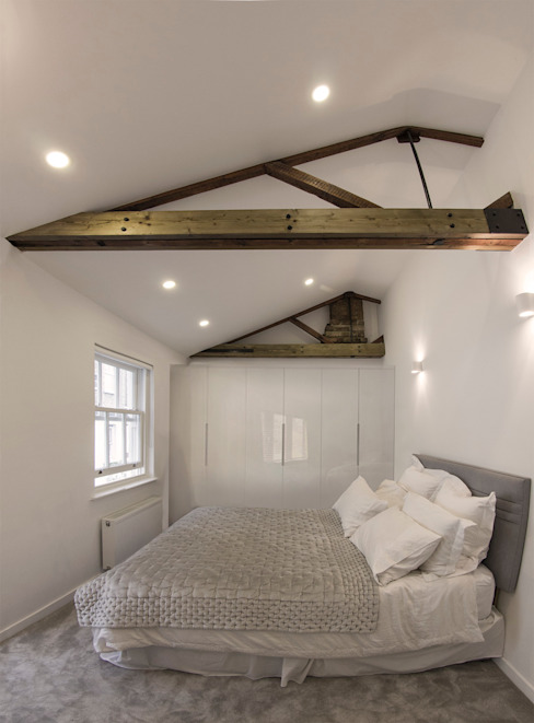 Bedroom with exposed roof timbers and vaulted ceilings Moderne slaapkamers van R+L Architect Modern