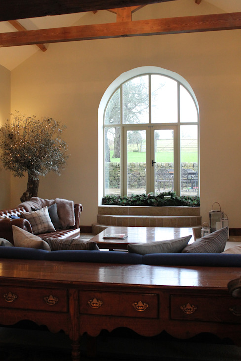 Beautiful Feature Window into the Fields Salas de estar campestres por Vanessa Rhodes Interiors Campestre