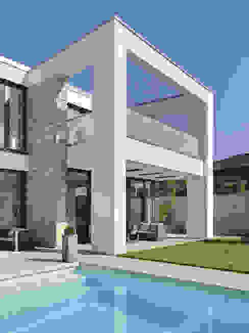 Überdachte Terrasse Minimalistische Häuser von Skandella Architektur Innenarchitektur Minimalistisch