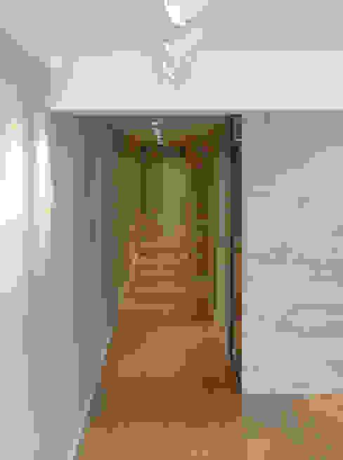 Pasillo y tabique madera Paredes y pisos de estilo moderno de davidMUSER building & design Moderno