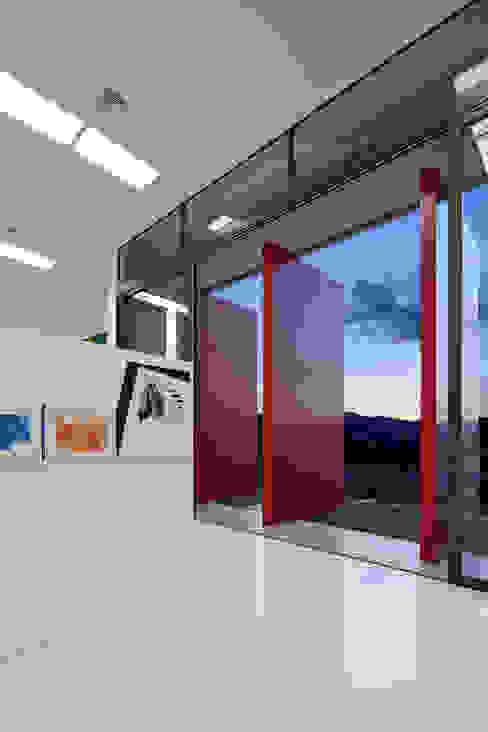 Vista interna da galeria de arte. por Humberto Hermeto Moderno