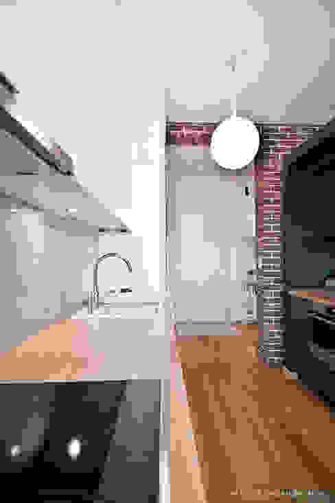 """Mieszkanie """"D"""" PRACOWNIA PROJEKTOWA JAGANNA Minimalistyczna kuchnia"""
