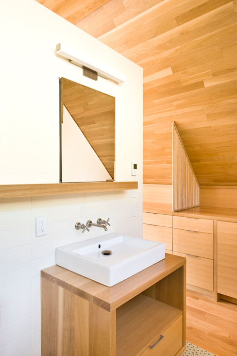 Laurelhurst Carriage House Salle de bain moderne par PATH Architecture Moderne