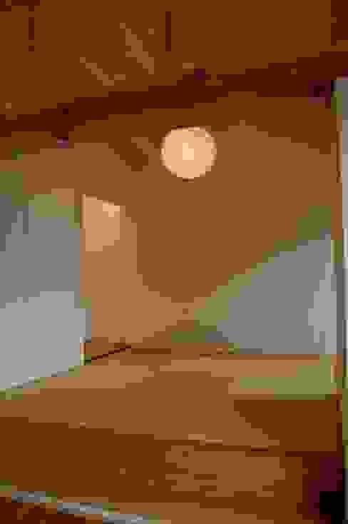 Paredes y pisos modernos de Y.Architectural Design Moderno
