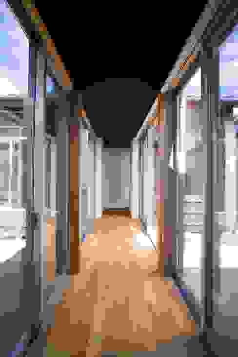 Pasillos, vestíbulos y escaleras modernos de Y.Architectural Design Moderno
