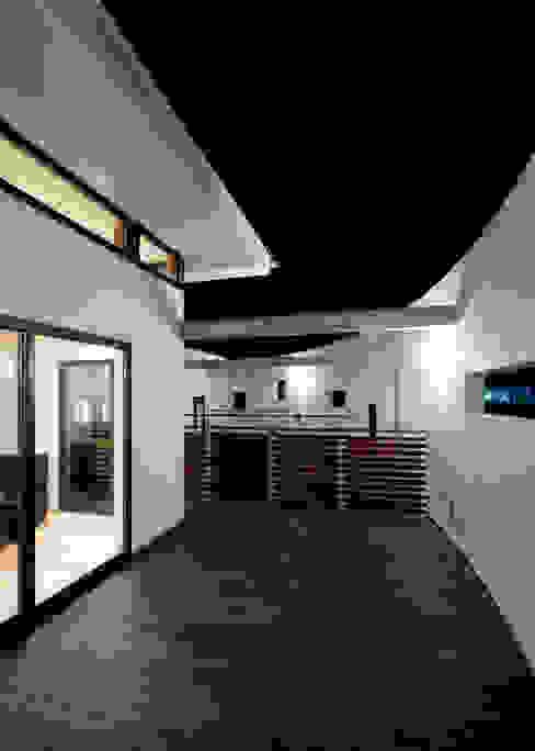 UG-act: Y.Architectural Designが手掛けたテラス・ベランダです。,モダン