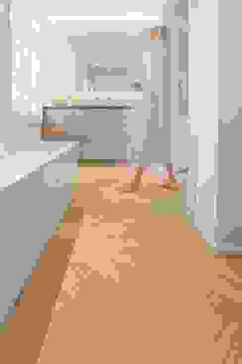 Visgraat in de badkamer Moderne badkamers van Nobel flooring Modern