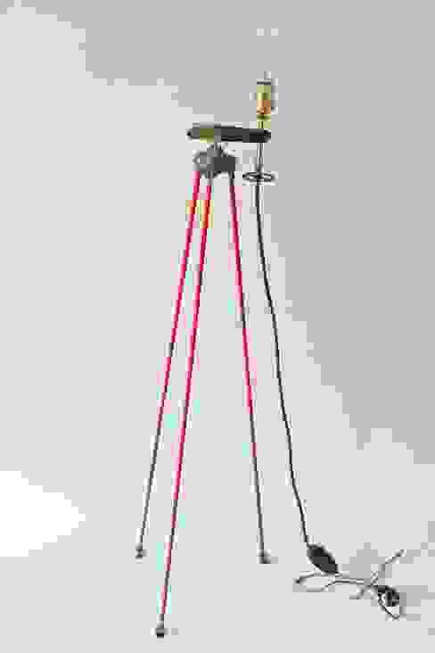 Lámpara de pie industrial:  de estilo industrial de NORTH SWEET, Industrial
