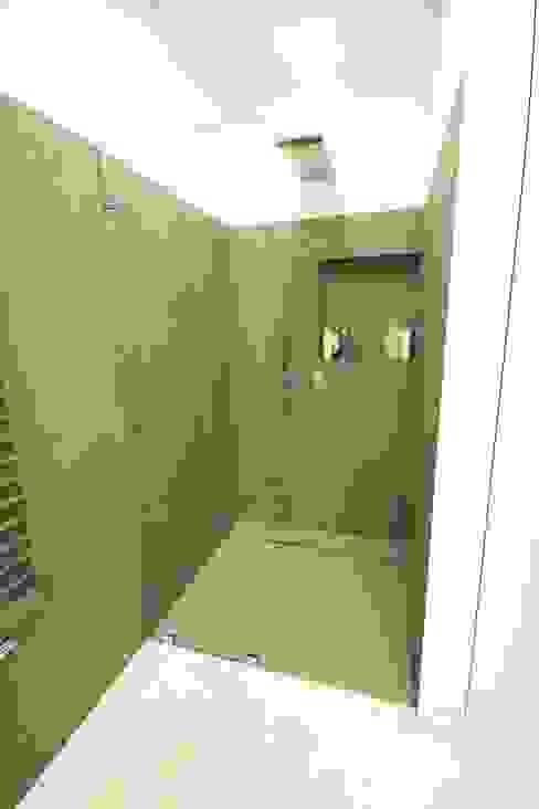 Baños de estilo minimalista de Orange Studio Minimalista