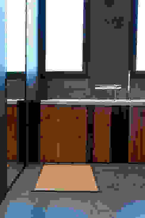 Tablier de la baignoire réalisé avec différents bois de récupération du chantier Kaboom Architecture Maisons modernes