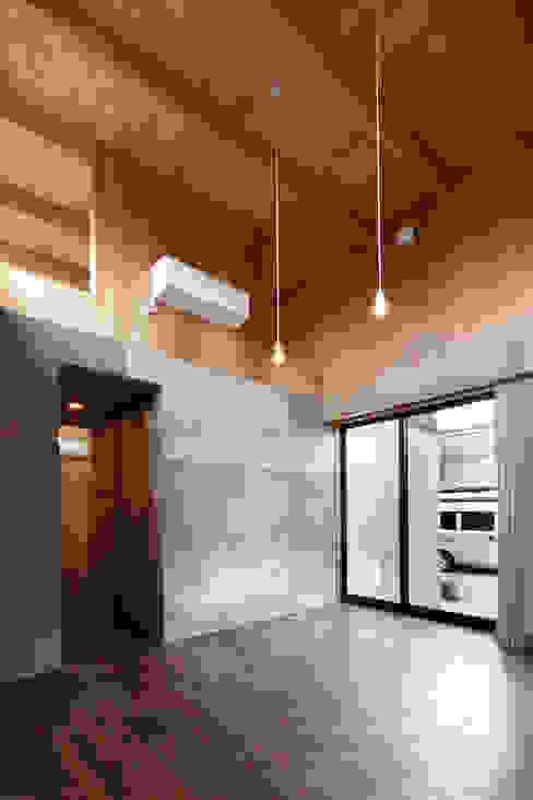 リビング: 道家洋建築設計事務所が手掛けたリビングです。