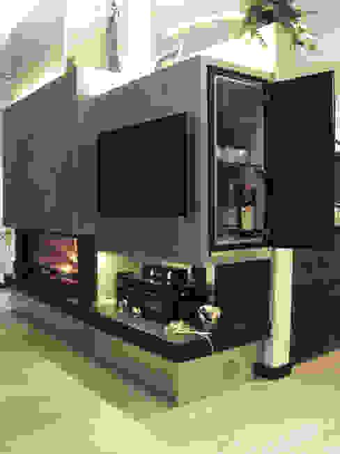 Parete attrezzata che divide il soggiorno dalla cucina di riccaro fiorucci Moderno