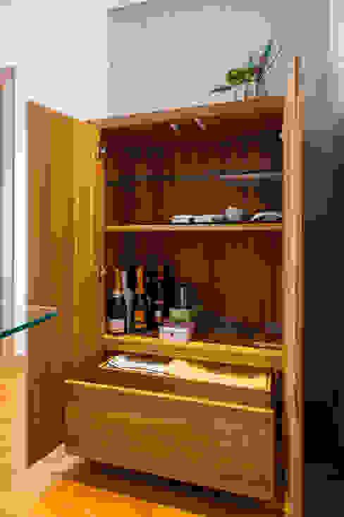 Interior do Móvel de sala em Teka por Traço Magenta - Design de Interiores Moderno