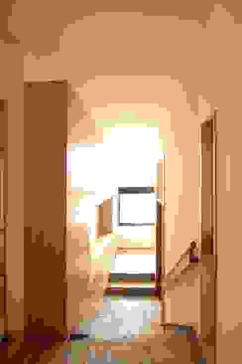 에클레틱 복도, 현관 & 계단 by 中川龍吾建築設計事務所 에클레틱 (Eclectic)