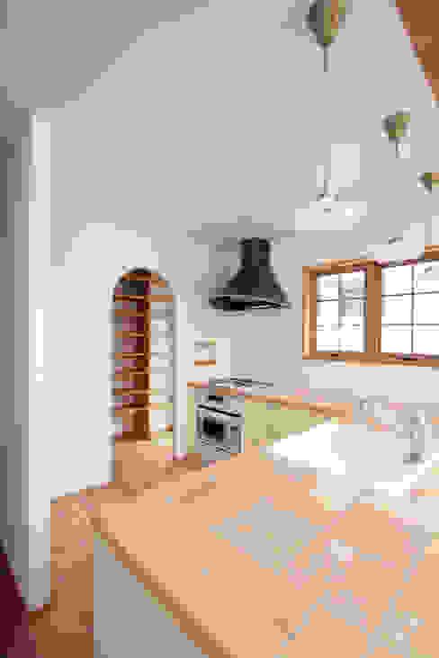 タイル貼のキッチン カントリーデザインの キッチン の 中川龍吾建築設計事務所 カントリー
