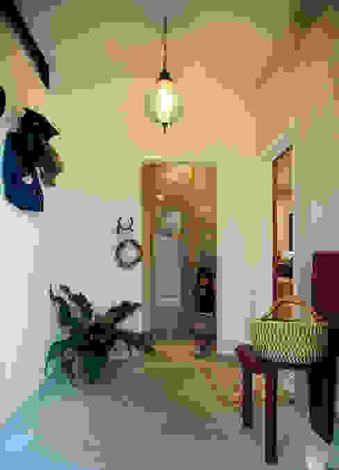 大きな土間空間のある玄関: gimbalworksが手掛けた窓です。,モダン