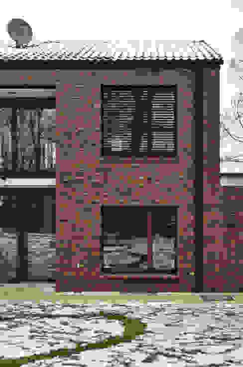 Klinkerfassade mit Fenstern und Sonnenschutz Moderne Häuser von Lecke Architekten Modern