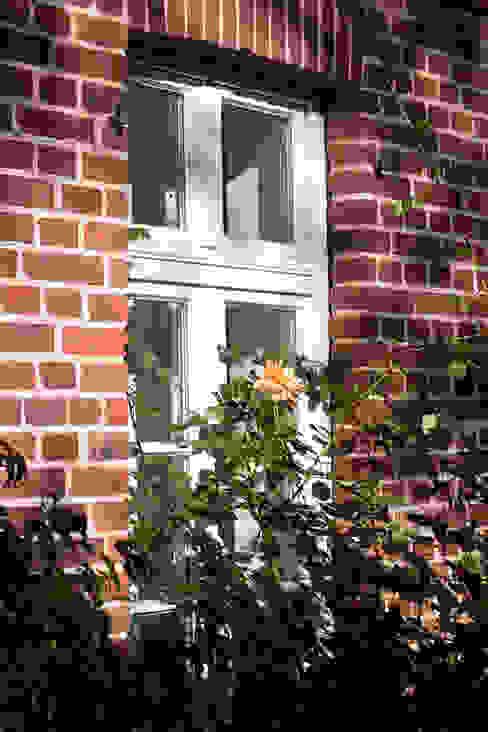 Ehemalige Scheune mit neuem Holzfenster Lecke Architekten Fenster & Türen im Landhausstil