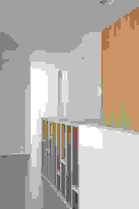 Archstudio Architecten | Villa's en interieur Pasillos, vestíbulos y escaleras modernos