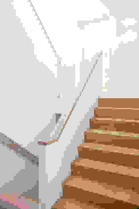 Archstudio Architecten | Villa's en interieur Minimalist corridor, hallway & stairs Wood