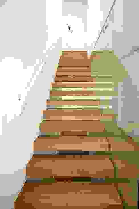 auskragende Stufen Moderner Flur, Diele & Treppenhaus von KARL+ZILLER Architektur Modern