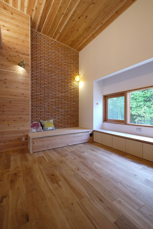 ベンチソファがある、高天井のリビング 北欧デザインの リビング の みゆう設計室 北欧