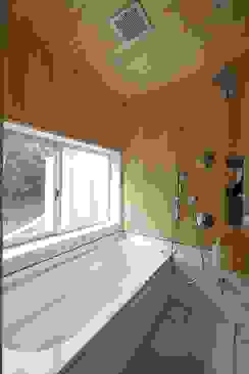 森を望む浴室 北欧スタイルの お風呂・バスルーム の みゆう設計室 北欧