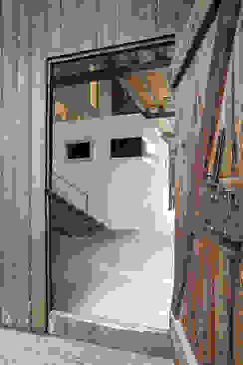 Moderne gangen, hallen & trappenhuizen van ab.rm - gesellschaft für interdisziplinäres arbeiten in den bereichen architektur, urbanistik, design, kunst Modern