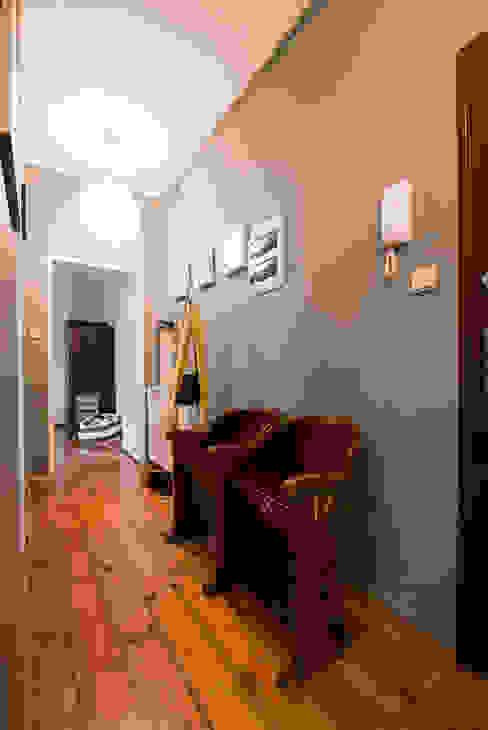 Za murami za dachami Pasillos, vestíbulos y escaleras modernos