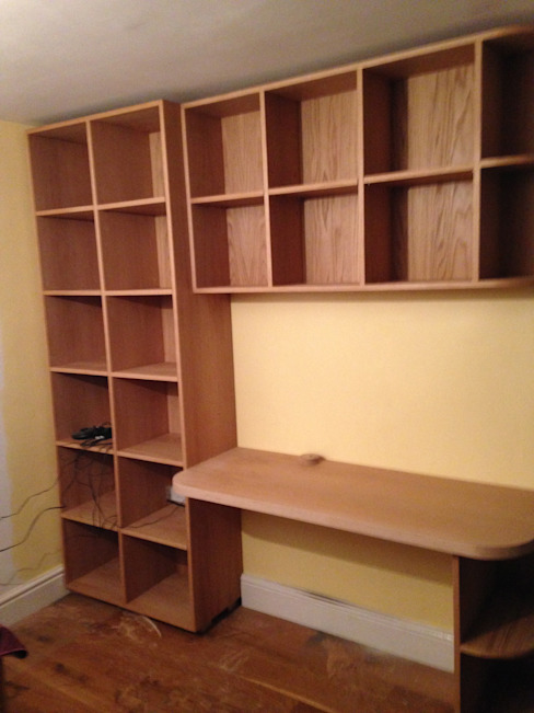 white oak build-in book shelves & desk: modern  by woodstylelondon, Modern
