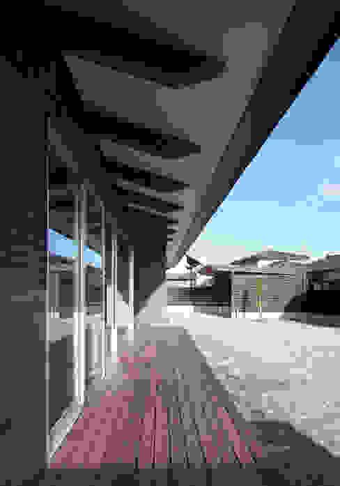 南側軒先 モダンデザインの テラス の 田村の小さな設計事務所 モダン