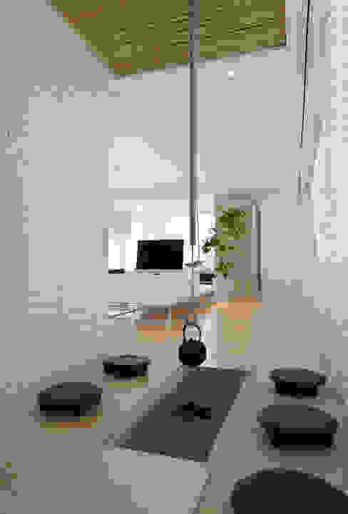 囲炉裏スペース | 数寄の家 | 高級邸宅 モダンデザインの リビング の homify モダン