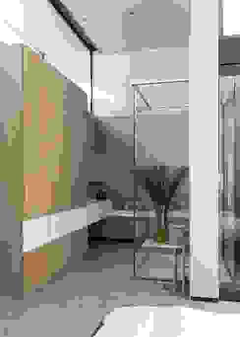 House Sar Nowoczesna łazienka od Nico Van Der Meulen Architects Nowoczesny