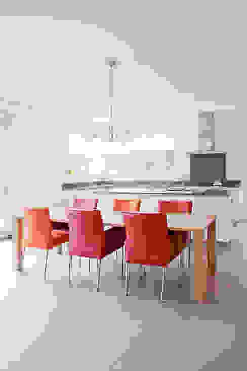 Moderne keuken:  Keuken door Archstudio Architecten | Villa's en interieur,