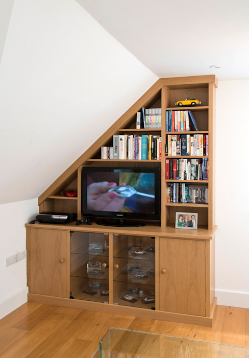 Attic room cupboards & shelves por Martin Greshoff Furniture Moderno