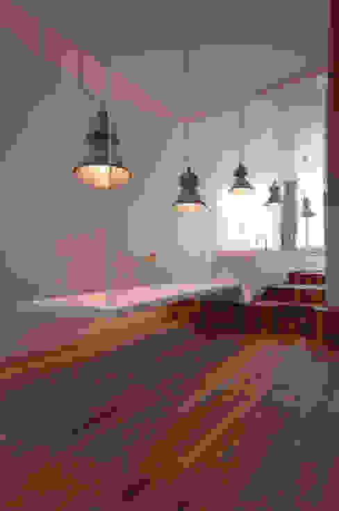 Salas de estar minimalistas por Wonderwall Studios Minimalista