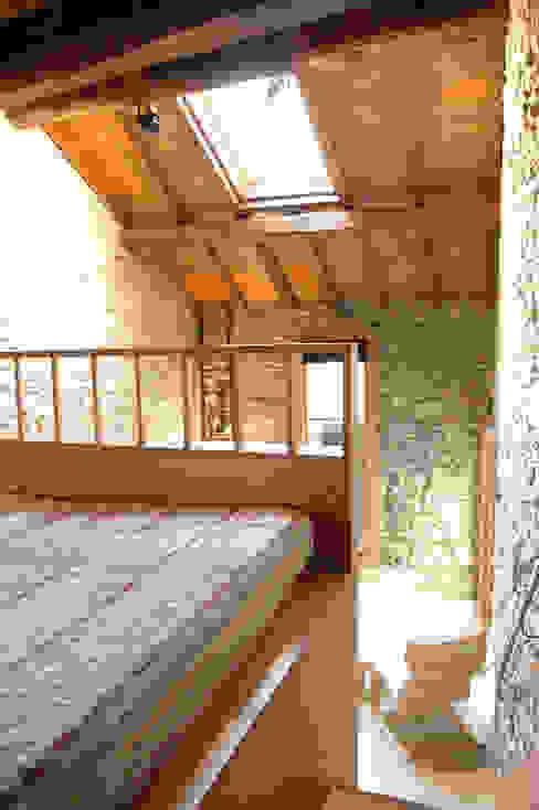 Fienile Camera da letto moderna di Pini&Sträuli Architects Moderno