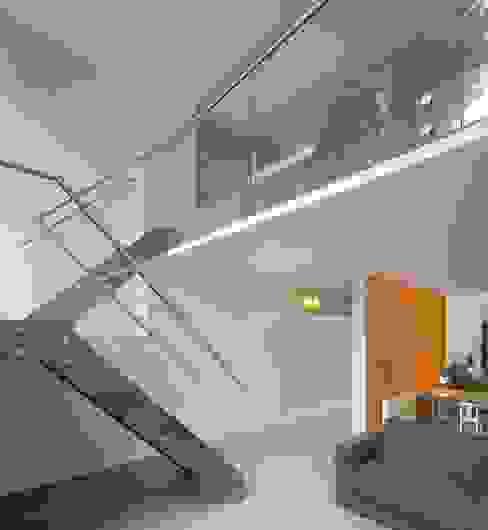 de trap vanuit de keuken naar de kinderkamer en study Moderne kinderkamers van Architectenbureau Vroom Modern