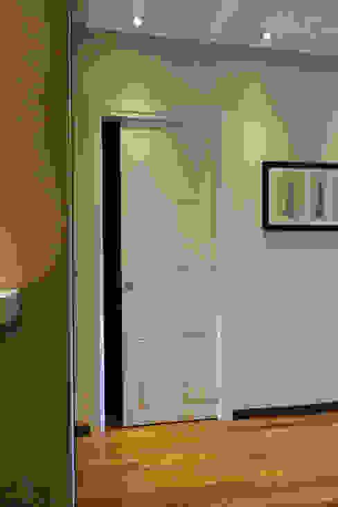 Le porte laccate sono realizzate su nostro disegno e sono caratterizzate da una leggera incisione che le impreziosisce. di Studio Architettura Pappadia Moderno