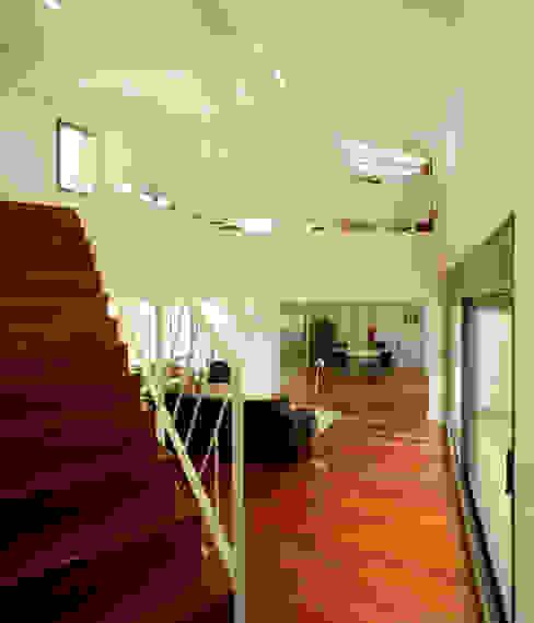 Casa promenade – vivienda unifamiliar en Caselles Salones de estilo moderno de Miàs Architects Moderno