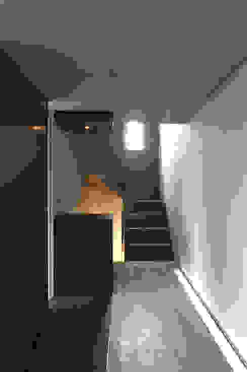 1階玄関 モダンスタイルの 玄関&廊下&階段 の 東章司建築研究所 モダン
