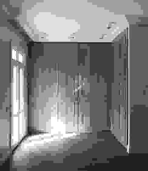 monoblok design & interiors – Tarabya B. Yali Project _ Dressing Room 2:  tarz Yatak Odası,