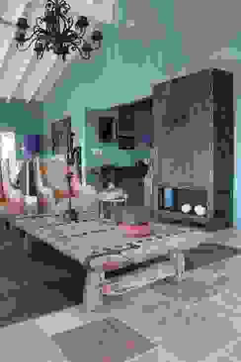 Koloniale villa in Curaçao:  Woonkamer door Alex Janmaat Interieurs & Kunst,