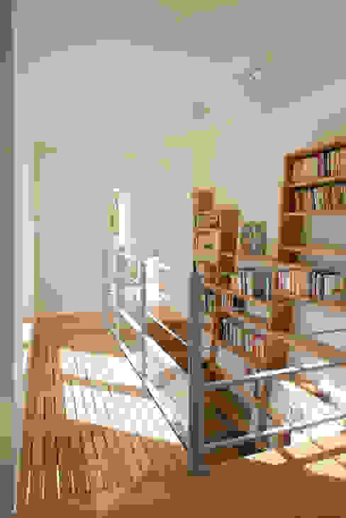 La passerelle Couloir, entrée, escaliers modernes par MELANIE LALLEMAND ARCHITECTURES Moderne