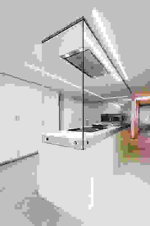 Cocina con isla y cristal en forma de 'L' - Casa Moncofa - Chiralt Arquitectos de Chiralt Arquitectos Minimalista