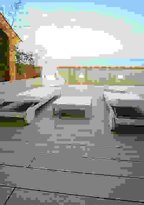 Terraza de la primera planta con las vistas del mar de fondo - Casa Moncofa - Chiralt Arquitectos Balcones y terrazas minimalistas de Chiralt Arquitectos Minimalista